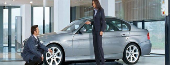 Автовладельцы рядом со своим автомобилем