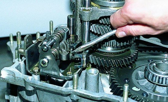 Вывод штока из механизма переключения передач
