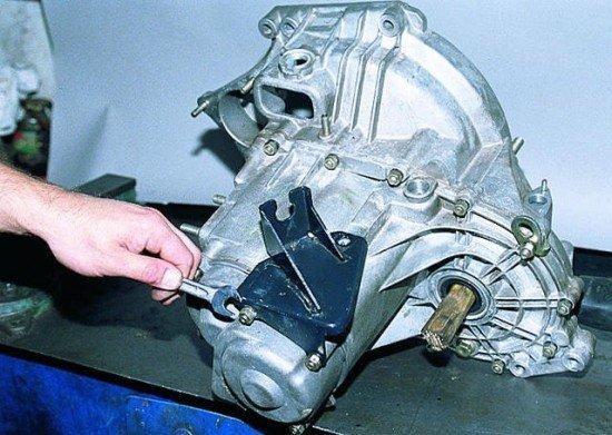 Отворачивание гаек, используемых для фиксации задней крышки картера