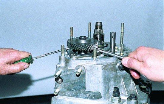 Извлечение ведущего зубчатого колеса V передачи