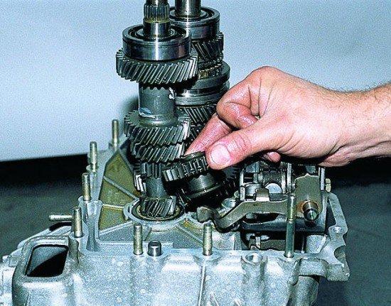 Извлечение оси переходного зубчатого колеса задней передачи и шестерни
