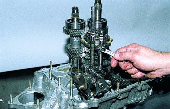 Отворачивание болта, фиксирующего вилку включения передач III-IV на штоке