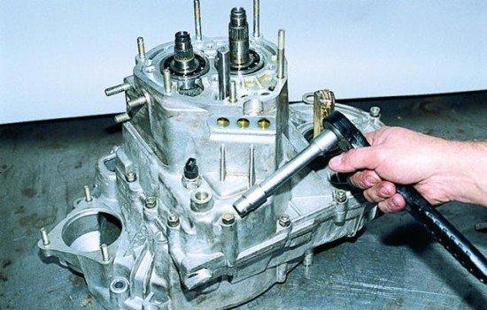 Отворачивание гаек и болта, служащих креплением картера КПП к картера привода сцепления