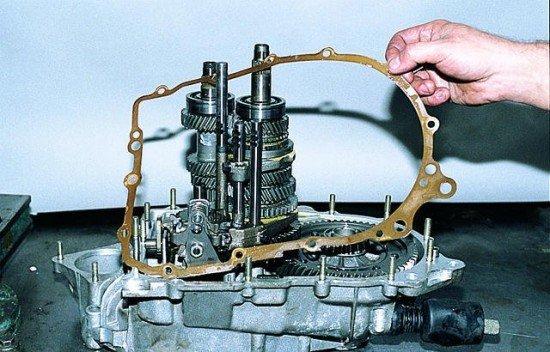 Снятие прокладки привалочной поверхности КПП