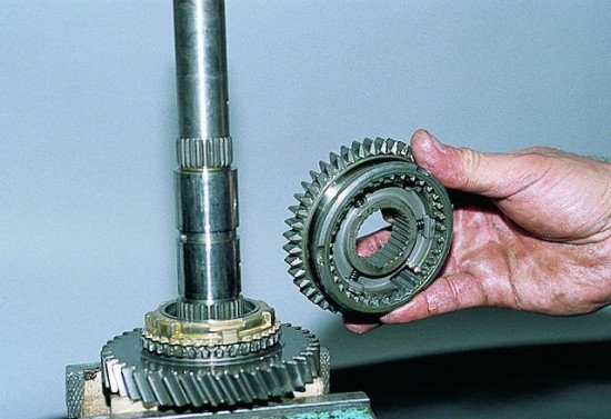 Снятие скользящей муфты устройства синхронизации I-II передач