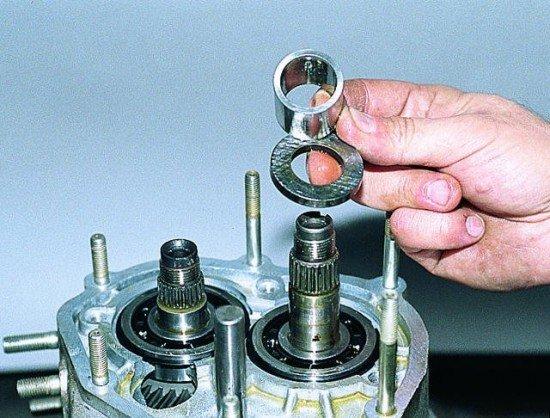 Спрессованная втулка подшипника ведомой шестерни и упорная шайба V передачи