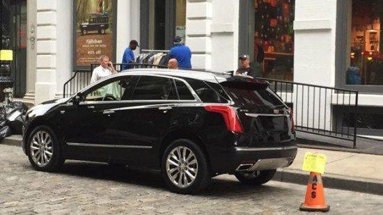 Новый черный Cadillac XT5 припаркован на улице Манхэттена