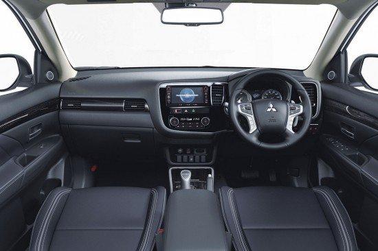 Приборная панель гибрида Mitsubishi Outlander PHEV 2016