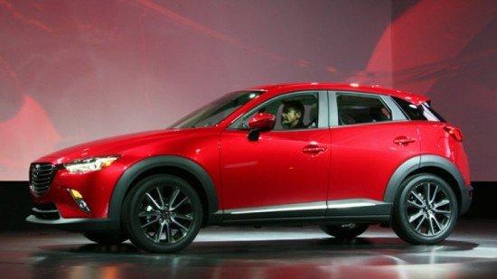 Mazda CX-3 красного цвета, вид сбоку