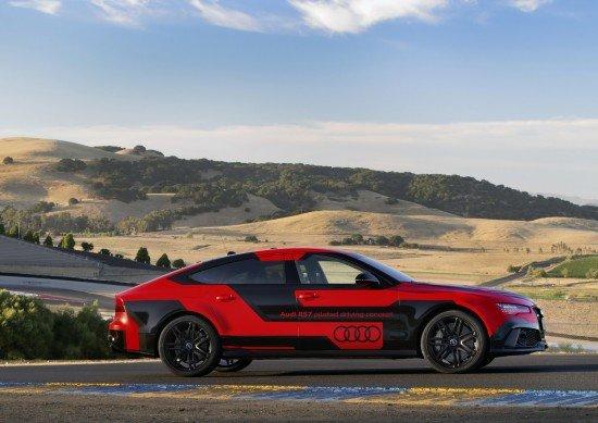 Беспилотный Audi RS7 на трассе, вид сбоку
