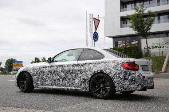 BMW М2 Coupe в камуфляже на тестах, вид сзади