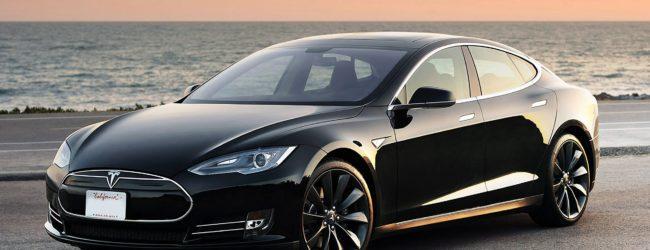 Чёрный Tesla Model S на берегу океана, вид спереди