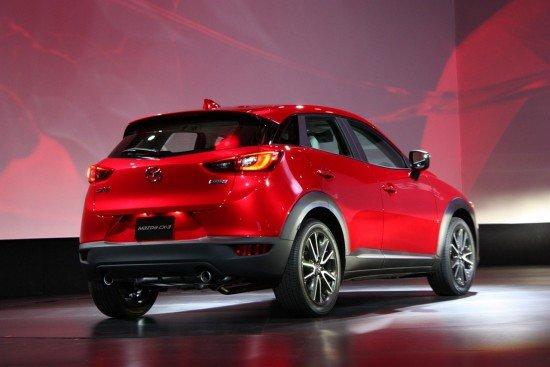 Mazda CX-3 красного цвета, вид сзади