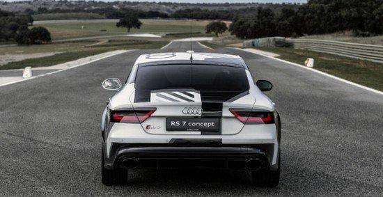 Беспилотный Audi RS7 на трассе, вид сзади