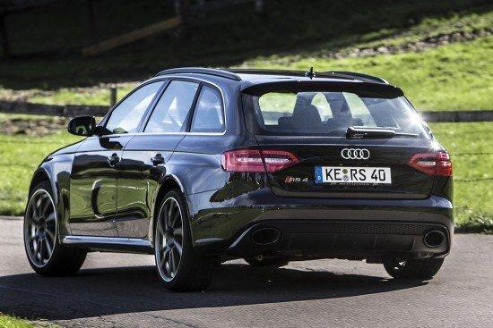 Audi RS4 Avant чёрного цвета, вид сзади