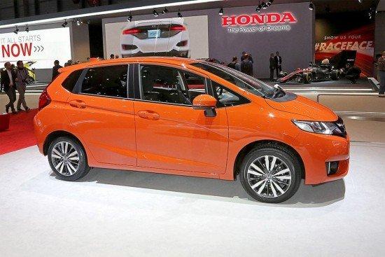 Новый хетчбэк Honda Jazz оранжевого цвета, вид сбоку
