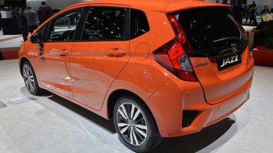 Новый хетчбэк Honda Jazz оранжевого цвета, вид сзади