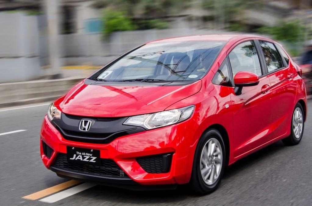 Новый хетчбэк Honda Jazz красного цвета, вид спереди
