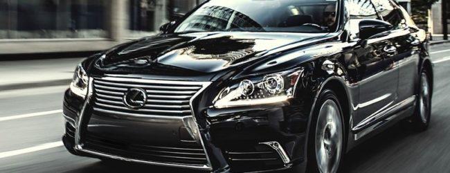 Седан Lexus LS 2015 черного цвета, вид спереди