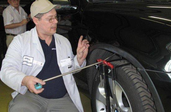 выправление мастером вмятины на колёсной арке авто