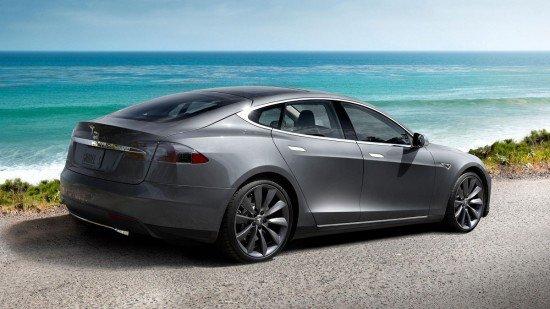 Tesla Model S на побережье, вид сбоку