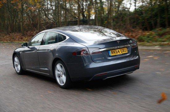 Tesla Model S серого цвета, вид сзади