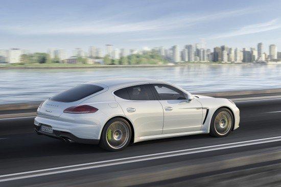 Porsche Panamera S E-Hybrid белого цвета, вид сбоку