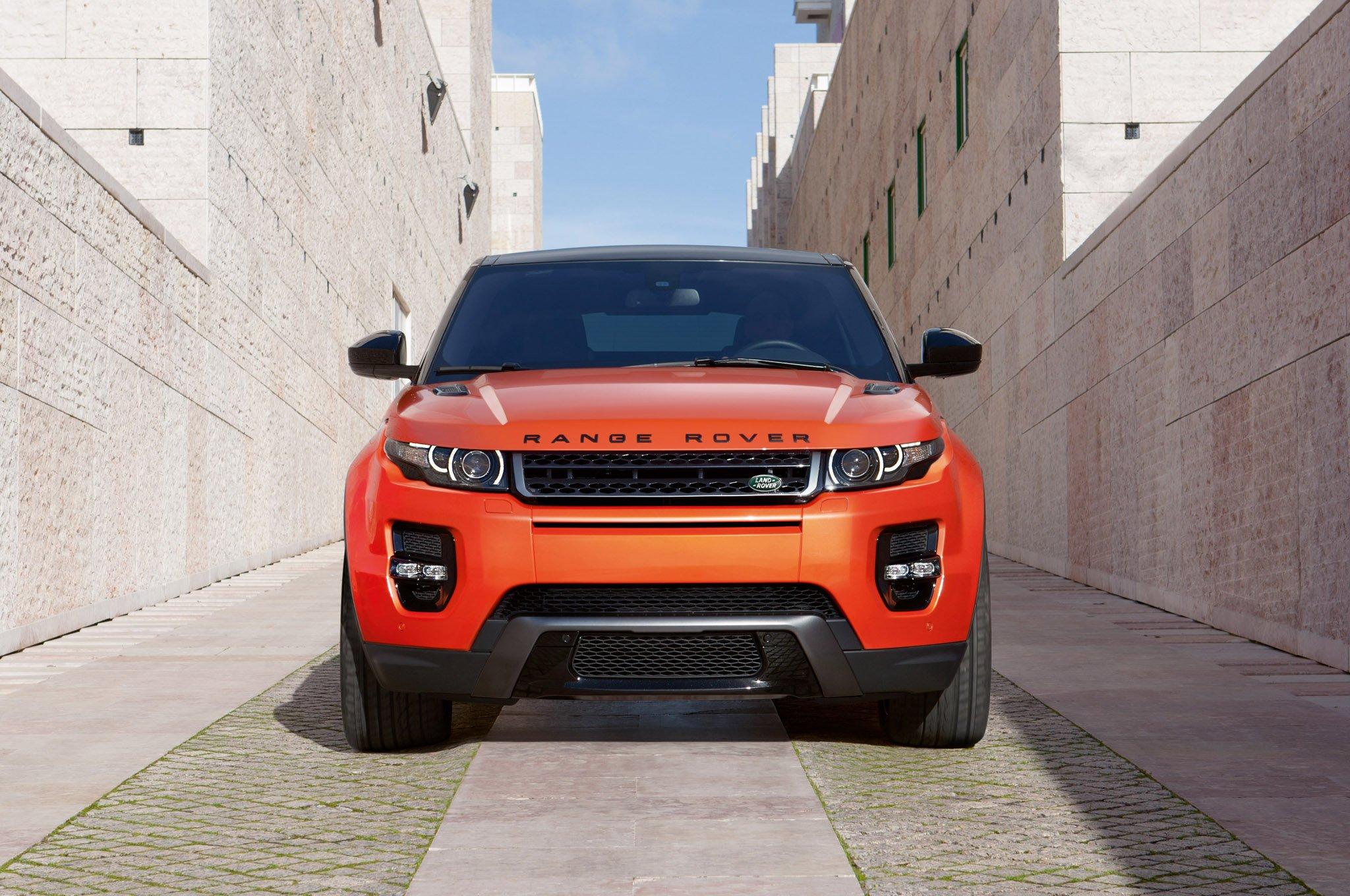 Range Rover Evoque 2015 оранжевого цвета, вид спереди