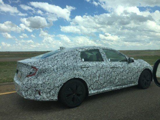 Новый седан Honda Civic 2016 в защитном камуфляже, вид сбоку