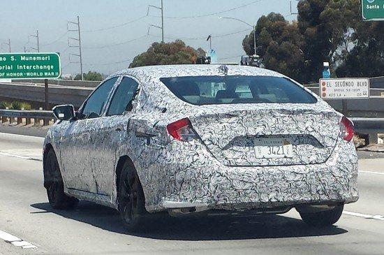 Новый седан Honda Civic 2016 в защитном камуфляже, вид сзади
