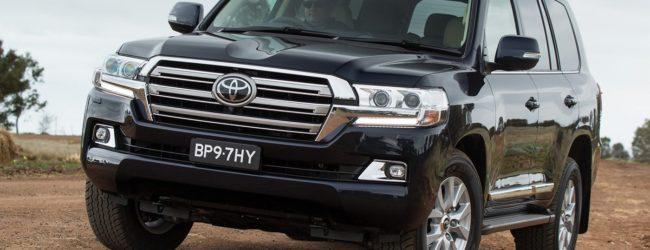 Новая Toyota Land Cruiser 200 черного цвета, вид спереди