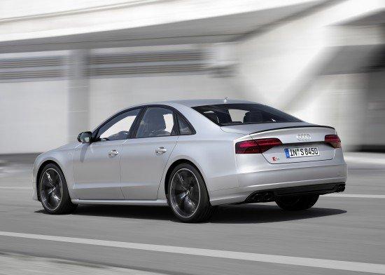 Седан Audi S8 Plus цвета металлик, вид сзади