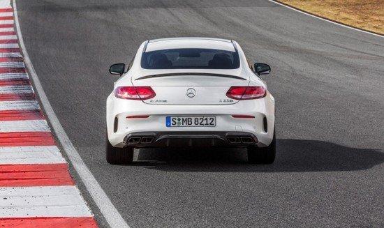 Mercedes AMG C 63 Coupe белого цвета, вид сзади