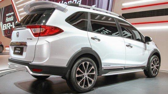Новый кроссовер Honda BR-V белого цвета, вид сзади