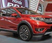 Новый кроссовер Honda BR-V красного цвета, вид спереди