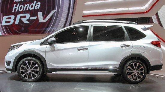 Новый кроссовер Honda BR-V белого цвета, вид сбоку