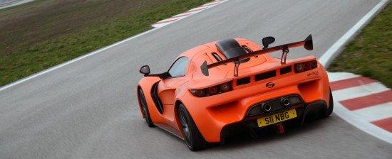 Суперкар Sin R1 RS оранжевого цвета, вид сзади