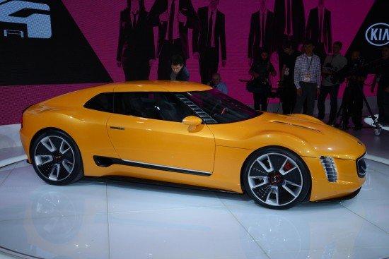 Концепт Kia GT4 Stinger жёлтого цвета, вид сбоку