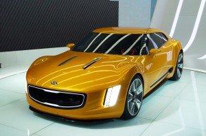 Концепт Kia GT4 Stinger жёлтого цвета, вид спереди