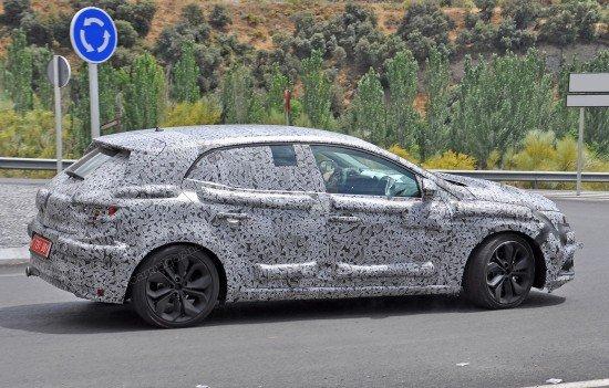 Renault Megane 2016 в камуфляже, вид сбоку