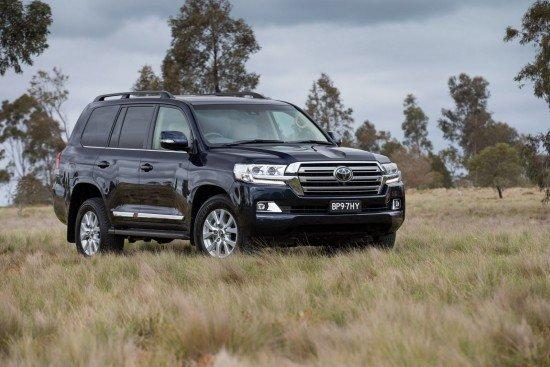 Новый Toyota Land Cruiser 200 черного цвета, вид спереди