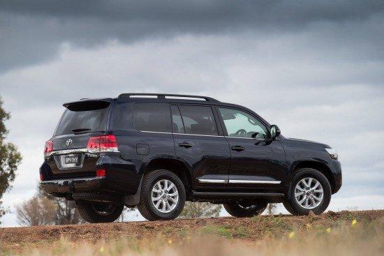 Новый Toyota Land Cruiser 200  черного цвета, вид сбоку
