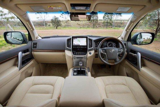 Салон нового внедорожника Toyota Land Cruiser 200, приборная панель