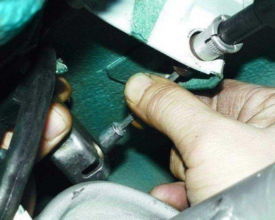 Замена троса ручника на автомобиле ВАЗ 2110