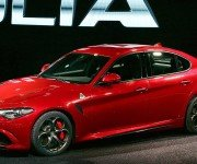 Alfa Romeo Giulia красного цвета, вид сбоку