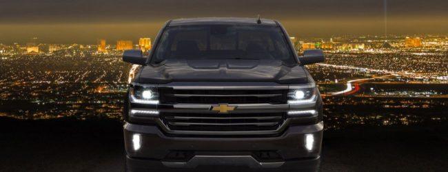 Chevrolet Silverado чёрного цвета, вид спереди