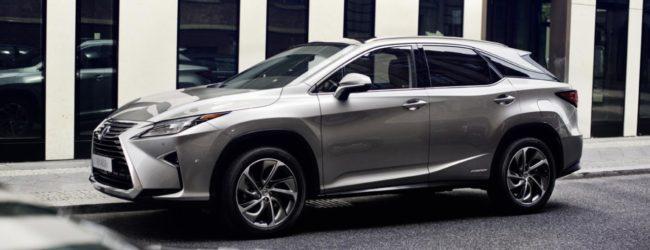 Lexus RX 2016 серебристого цвета, вид сбоку