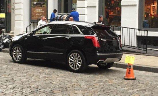 Cadillac XT5 чёрного цвета, вид сбоку
