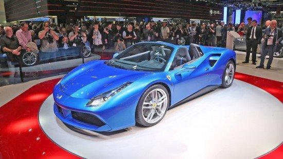 Ferrari 488 Spider синего цвета, вид спереди