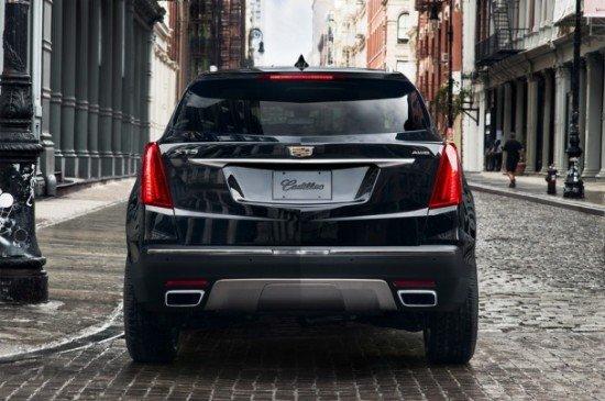 Cadillac XT5 чёрного цвета, вид сзади
